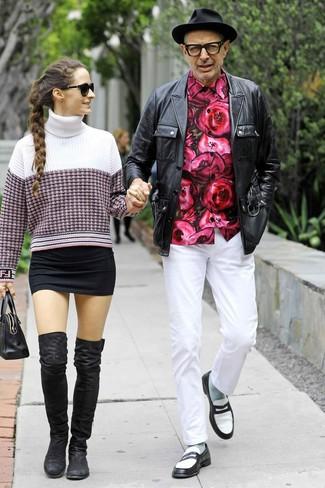 Tenue de Jeff Goldblum: Veste style militaire en cuir noire, Chemise à manches longues à fleurs fuchsia, Pantalon chino blanc, Slippers en cuir noirs et blancs
