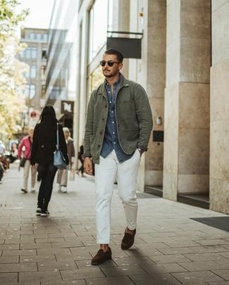 Comment porter: veste style militaire olive, chemise à manches longues en chambray bleu marine, pantalon chino blanc, slippers en daim marron foncé