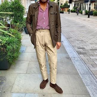 Comment porter: veste style militaire marron foncé, chemise à manches longues à rayures verticales blanc et rouge, pantalon chino beige, mocassins à pampilles en daim marron foncé