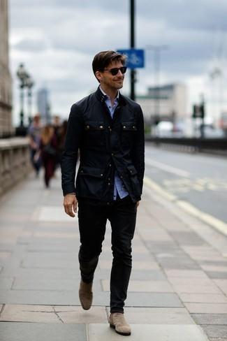 Comment porter une veste style militaire noire: Pense à porter une veste style militaire noire et un pantalon chino noir pour affronter sans effort les défis que la journée te réserve. Apportez une touche d'élégance à votre tenue avec une paire de des bottines chelsea en daim beiges.
