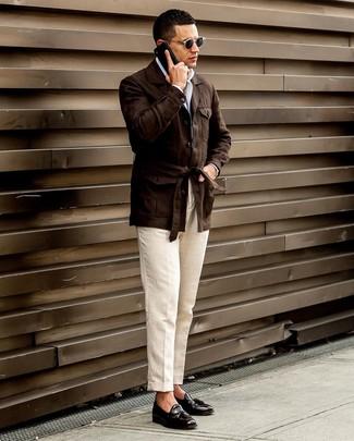 Comment porter: veste style militaire en lin marron foncé, chemise à manches longues blanche, pantalon de costume en lin beige, mocassins à pampilles en cuir noirs