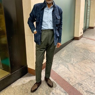 Comment porter: veste style militaire en daim bleu marine, chemise à manches longues bleu clair, pantalon de costume vert foncé, slippers en daim marron