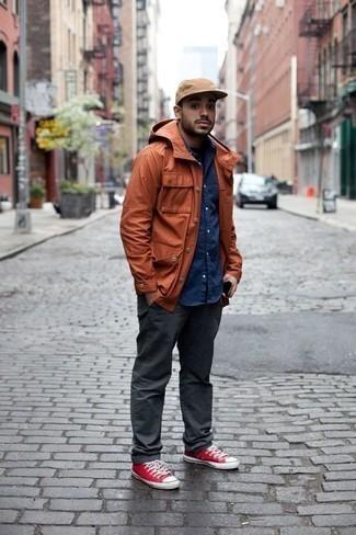 Comment s'habiller pour un style decontractés: Harmonise une veste style militaire orange avec un pantalon chino gris foncé pour obtenir un look relax mais stylé. Tu veux y aller doucement avec les chaussures? Opte pour une paire de des baskets basses en toile rouges pour la journée.