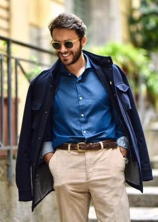 Comment porter: veste style militaire bleu marine, chemise de ville bleue, ceinture en cuir tressée marron foncé, lunettes de soleil marron clair