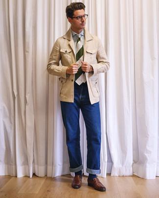 Comment porter: veste style militaire en lin beige, chemise de ville à rayures verticales blanc et bleu, jean bleu, slippers en cuir marron