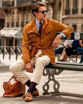Comment porter des mocassins à pampilles en daim tabac: Pense à opter pour une veste style militaire en daim tabac et un pantalon chino beige pour obtenir un look relax mais stylé. Ajoute une paire de des mocassins à pampilles en daim tabac à ton look pour une amélioration instantanée de ton style.