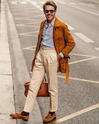 Comment porter: veste style militaire en daim tabac, chemise de ville à rayures verticales blanc et bleu marine, pantalon chino beige, mocassins à pampilles en daim tabac