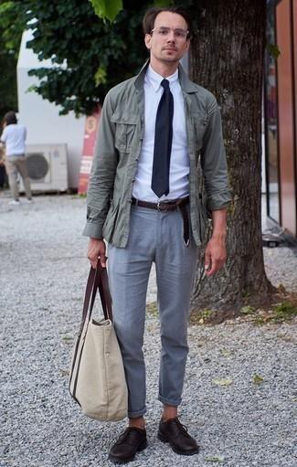 Comment porter une veste style militaire verte: Pour créer une tenue idéale pour un déjeuner entre amis le week-end, associe une veste style militaire verte avec un pantalon chino gris. Opte pour une paire de des chaussures derby en cuir pourpre foncé pour afficher ton expertise vestimentaire.