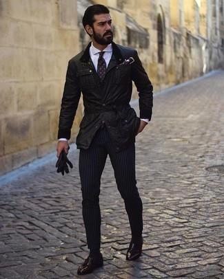 Comment s'habiller au printemps: Harmonise une veste style militaire noire avec un pantalon chino à rayures verticales bleu marine pour une tenue idéale le week-end. Assortis cette tenue avec une paire de mocassins à pampilles en cuir bordeaux pour afficher ton expertise vestimentaire. C'est un look idéal pour être au top ce printemps.