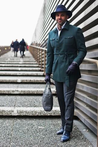Comment porter: veste style militaire vert foncé, chemise de ville blanche, pantalon de costume gris foncé, chaussures derby en cuir bleu marine