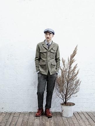 Comment porter une casquette plate: Associe une veste style militaire olive avec une casquette plate pour un look confortable et décontracté. Une paire de bottes de travail en cuir marron est une option génial pour complèter cette tenue.