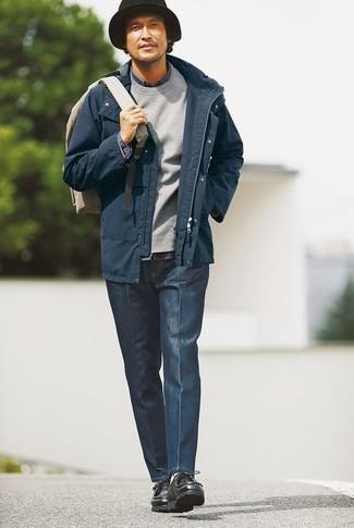 Comment porter une chemise en jean bleu marine: Pense à marier une chemise en jean bleu marine avec un pantalon chino bleu marine pour un look de tous les jours facile à porter. Une paire de des bottines chukka en cuir noires est une option génial pour complèter cette tenue.