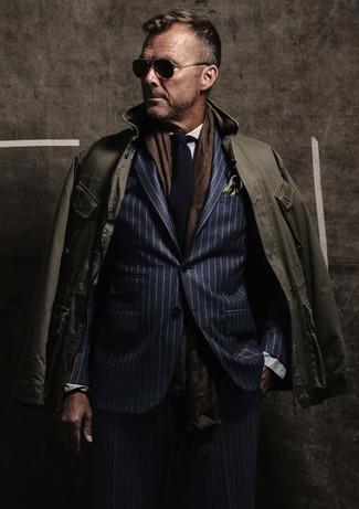 Comment porter: veste style militaire olive, costume à rayures verticales bleu marine, chemise de ville blanche, cravate en tricot bleu marine