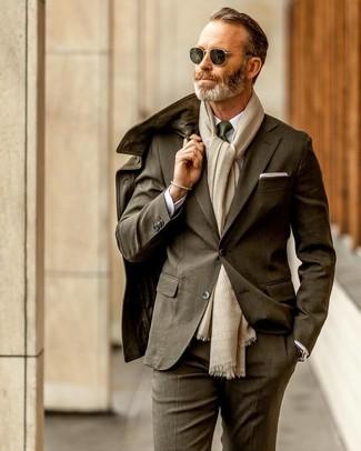 Comment porter: veste style militaire en cuir olive, costume olive, chemise de ville blanche, cravate vert foncé