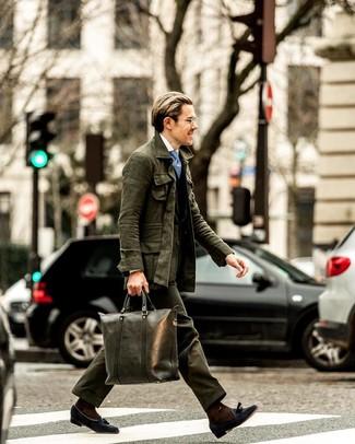 Comment porter une cravate imprimée bleu clair: Pense à associer une veste style militaire vert foncé avec une cravate imprimée bleu clair pour dégager classe et sophistication. Opte pour une paire de des mocassins à pampilles en daim bleu marine pour afficher ton expertise vestimentaire.