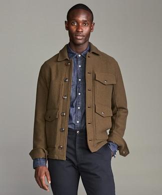 Comment porter une veste style militaire en laine marron: Pour créer une tenue idéale pour un déjeuner entre amis le week-end, pense à opter pour une veste style militaire en laine marron et un pantalon chino bleu marine.