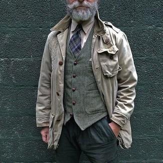 Comment porter: veste style militaire beige, gilet en laine olive, chemise à manches longues beige, pantalon de costume gris foncé