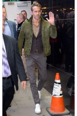Comment porter: veste style militaire en daim olive, gilet marron foncé, chemise de ville beige, pantalon chino gris