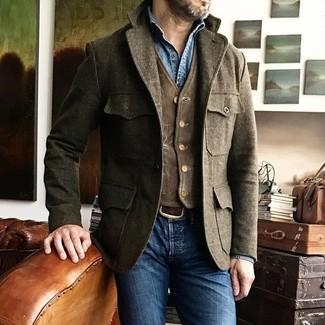 Comment porter une veste style militaire en laine marron: Essaie de marier une veste style militaire en laine marron avec un jean skinny bleu pour une tenue idéale le week-end.