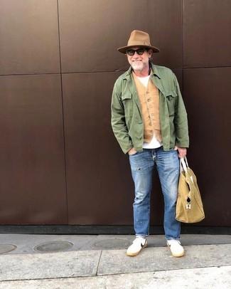 Comment porter un sac fourre-tout en toile marron clair: Pense à harmoniser une veste style militaire verte avec un sac fourre-tout en toile marron clair pour un look confortable et décontracté. D'une humeur audacieuse? Complète ta tenue avec une paire de des baskets basses blanches.