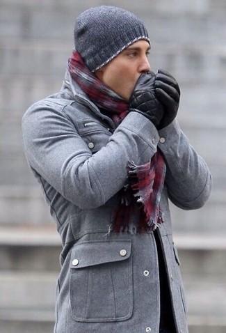 Comment porter: veste style militaire grise, bonnet gris foncé, écharpe écossaise bordeaux, gants en cuir noirs