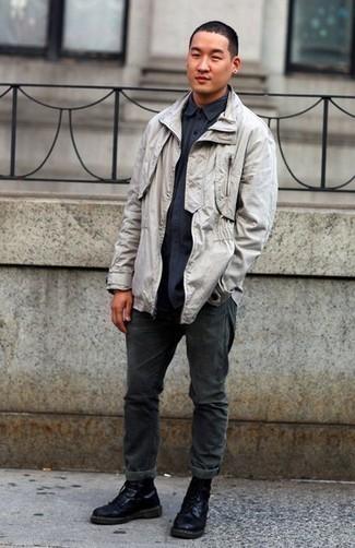 Comment porter des bottes de loisirs en cuir noires: Essaie de marier une veste style militaire grise avec un jean gris foncé pour affronter sans effort les défis que la journée te réserve. D'une humeur créatrice? Assortis ta tenue avec une paire de bottes de loisirs en cuir noires.