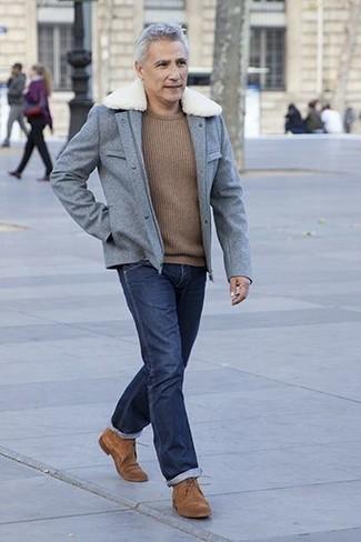 Comment porter: veste style militaire en laine grise, pull à col rond marron, jean bleu marine, chaussures derby en daim marron