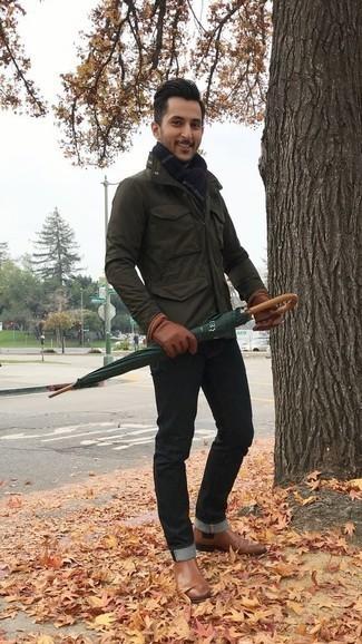 Comment porter des bottines chelsea en cuir marron: Associe une veste style militaire vert foncé avec un jean noir pour un look de tous les jours facile à porter. Une paire de des bottines chelsea en cuir marron apportera une esthétique classique à l'ensemble.