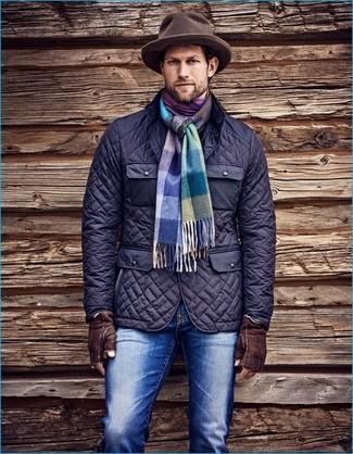 Comment porter: veste style militaire matelassée bleu marine, jean bleu, chapeau en laine marron, écharpe écossaise multicolore