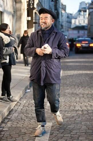 Comment porter une casquette plate noire: Harmonise une veste style militaire bleu marine avec une casquette plate noire pour un look confortable et décontracté. Cette tenue est parfait avec une paire de des chaussures de sport beiges.