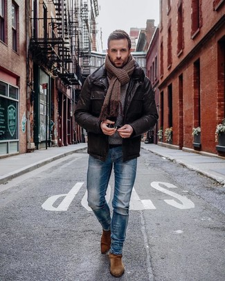 Comment porter: veste style militaire en cuir marron foncé, jean skinny bleu, bottines chelsea en daim marron, écharpe en pied-de-poule marron