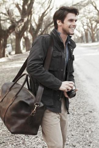 Comment porter un fourre-tout en cuir marron foncé: Essaie d'harmoniser une veste style militaire noire avec un fourre-tout en cuir marron foncé pour une tenue relax mais stylée.