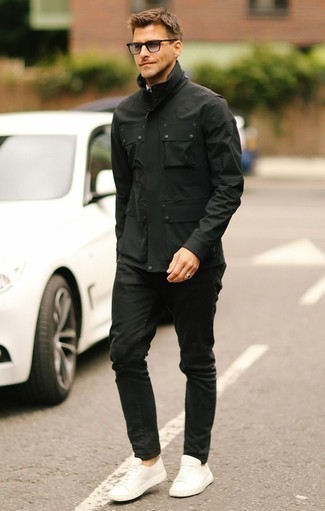 Comment porter une veste style militaire noire: Marie une veste style militaire noire avec un jean noir pour un look de tous les jours facile à porter. Une paire de des baskets basses en cuir blanches est une option astucieux pour complèter cette tenue.