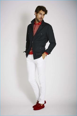 Comment porter: veste style militaire noire, polo à rayures horizontales rouge, pantalon chino blanc, mocassins en daim rouges