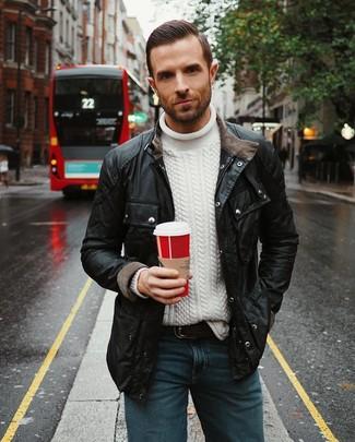 Comment porter: veste style militaire noire, pull torsadé blanc, jean bleu, ceinture en cuir noire