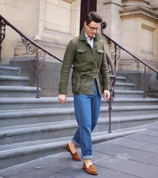 Comment porter: veste style militaire en lin olive, chemise à manches longues blanche, jean bleu, slippers en daim tabac