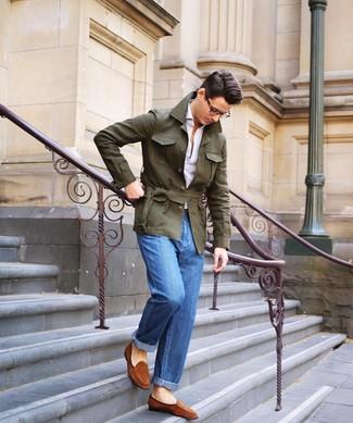 Comment porter: veste style militaire en lin olive, polo blanc, jean bleu, slippers en daim tabac