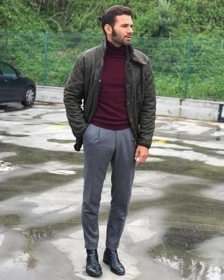 Comment porter un pantalon chino gris: Pense à associer une veste style militaire matelassée olive avec un pantalon chino gris pour une tenue idéale le week-end. Termine ce look avec une paire de bottines chelsea en cuir noires pour afficher ton expertise vestimentaire.