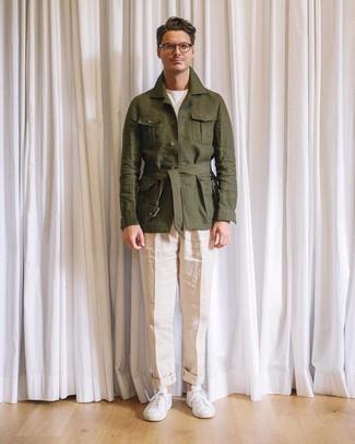 Comment porter: veste style militaire en lin olive, t-shirt à col rond blanc, pantalon de costume en lin beige, baskets basses blanches
