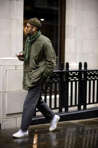 Comment s'habiller à 30 ans: Pour une tenue de tous les jours pleine de caractère et de personnalité associe une veste style militaire olive avec un pantalon chino en laine gris foncé. Tu veux y aller doucement avec les chaussures? Assortis cette tenue avec une paire de des baskets basses en toile blanches pour la journée.