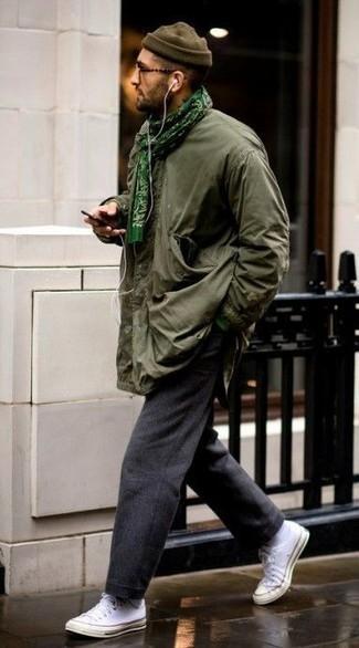 Tendances mode hommes: Associe une veste style militaire olive avec un pantalon chino gris foncé pour affronter sans effort les défis que la journée te réserve. Si tu veux éviter un look trop formel, fais d'une paire de baskets basses en toile blanches ton choix de souliers.
