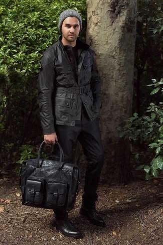 Comment porter une veste style militaire noire: Pense à porter une veste style militaire noire et un pantalon de costume noir pour un look classique et élégant. Jouez la carte décontractée pour les chaussures et assortis cette tenue avec une paire de des bottes de loisirs en cuir noires.