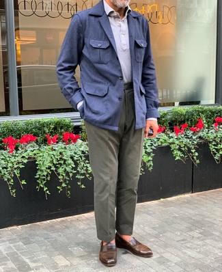 Comment porter: veste style militaire en lin bleu marine, polo gris, pantalon chino olive, slippers en cuir marron