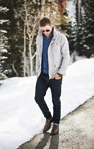 Comment porter: veste style militaire grise, pull à col châle bleu, jean skinny noir, bottines chukka en cuir marron foncé
