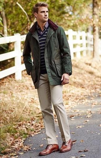 Comment porter: veste style militaire olive, pull à col en v à rayures horizontales bleu marine, chemise à manches longues écossaise bleu marine, pantalon de costume beige