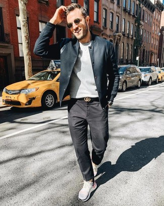 Comment porter: veste style militaire noire, pull à col rond gris, chemise de ville à rayures verticales blanche et noire, jean gris foncé