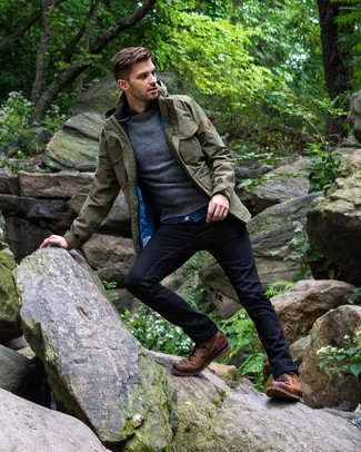 Comment porter: veste style militaire olive, pull à col rond gris foncé, chemise en jean bleue, jean bleu marine