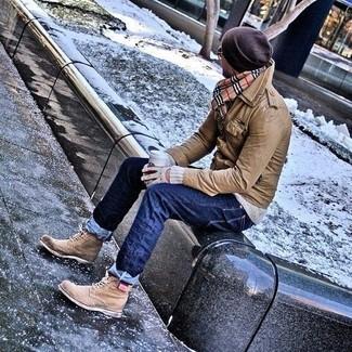 Comment porter: veste style militaire en cuir marron, pull à col rond gris, jean bleu marine, bottes brogue en cuir marron clair