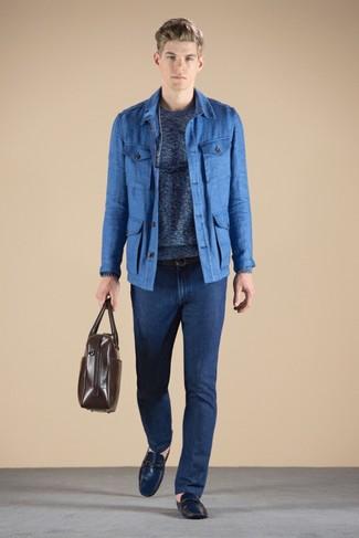 Comment porter: veste style militaire bleue, pull à col rond bleu, jean bleu marine, mocassins en cuir bleu marine