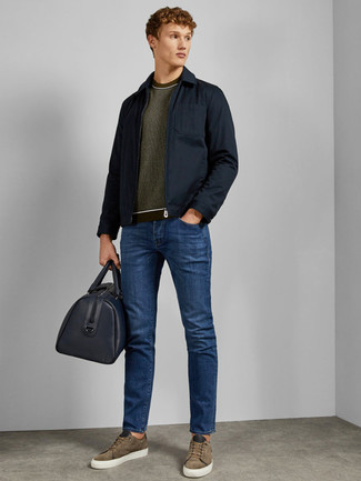 Comment porter: veste style militaire bleu marine, pull à col rond olive, jean bleu, baskets basses en daim olive